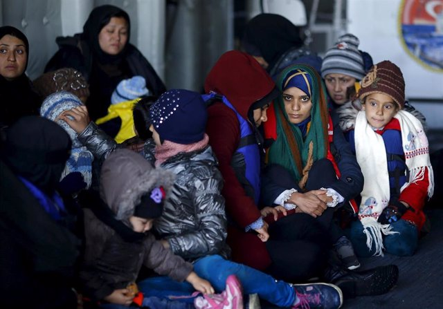Refugiados e inmigrantes a bordo de un barco de rescate turco