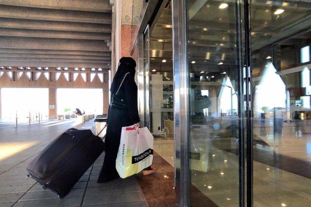 Mujer con equipaje en la estación de tren de Dammam, Arabia Saudí