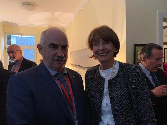 El consejero de Ordenación del Territorio, Vivienda, Paisaje y Proyectos Estratégicos; José María Aierdi, con la alcaldesa de Colonia, Henriette Deker