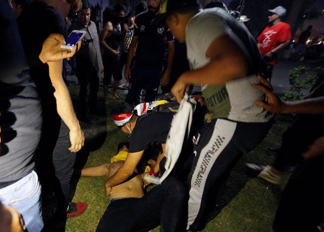 Un manifestante desmayado durante las protestas contra la corrupción en Bagdad