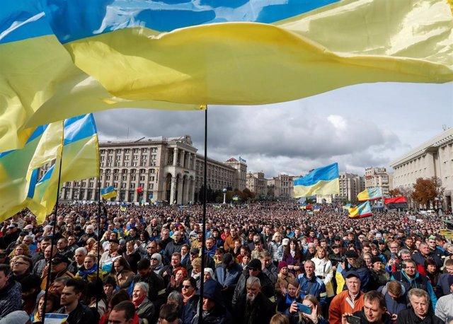 Manifestación contra la autonomía de Donetsk y Lugansk en Kiev
