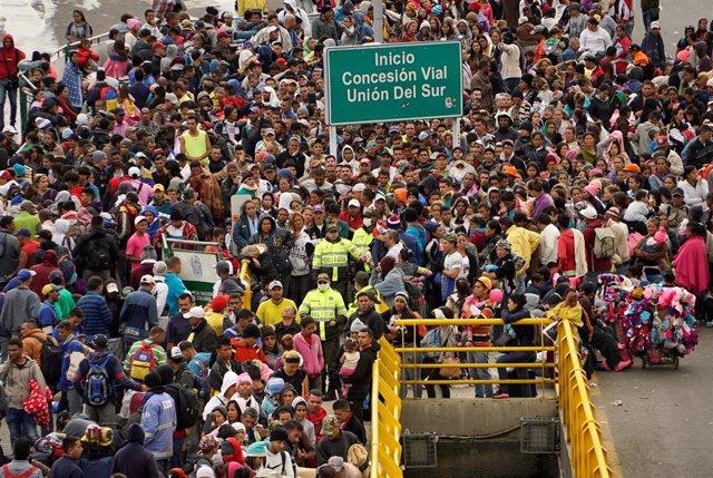 Migrantes venezolanos intentando acceder a Ecuador