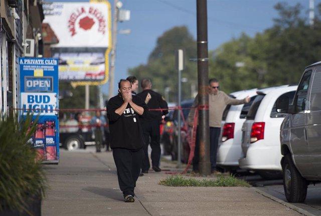 Una persona cerca de un bar en Kansas City después de un tiroteo con cuatro muertos