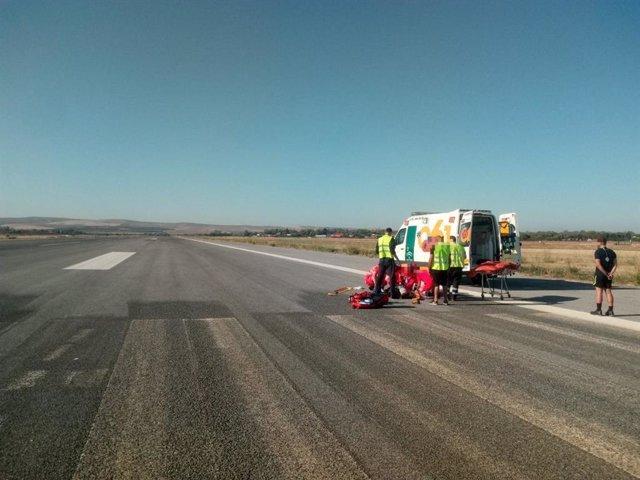 El 061 atiende al paracaidista accidentado en el aeropuerto.