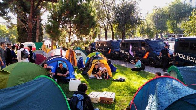 Activistas por el clima ocupan el puejnte de Nuevos Ministerios de Madrid