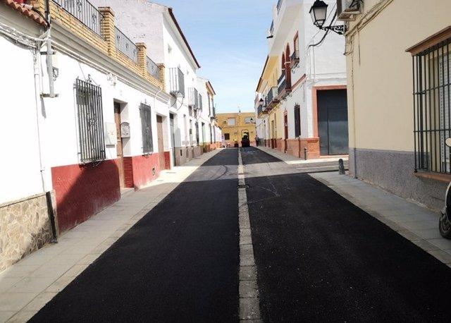 Una de las calles asfaltadas en Olivares
