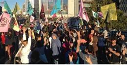 Activistas por el clima ocupan el puente de Nuevos Ministerios de Madrid