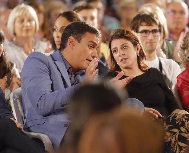 El presidente del Gobierno en funciones, Pedro Sánchez y la portavoz socialista en el Congreso, Adriana Lastra, en un acto del PSOE en Oviedo a 4 de octubre de 2019