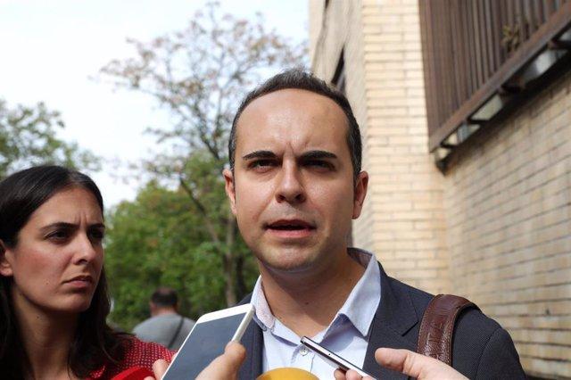 El portavoz de Desarrollo Urbano de Más Madrid, José Manuel Calvo, durante su visita al barrio de Orcasitas para reunirse con vecinos que tienen amianto en el tejado de sus viviendas, en Madrid (España), a 20 de septiembre de 2019.