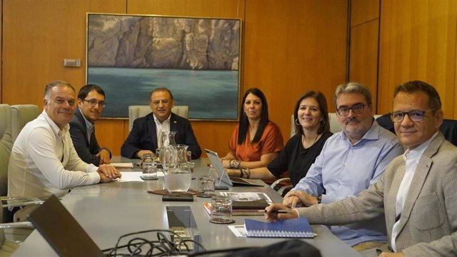 El conseller de Modelo Económico, Turismo y Trabajo del Govern, Iago Negueruela, y el alcalde de Calvià, Alfonso Rodríguez Badal se han reunido este lunes.
