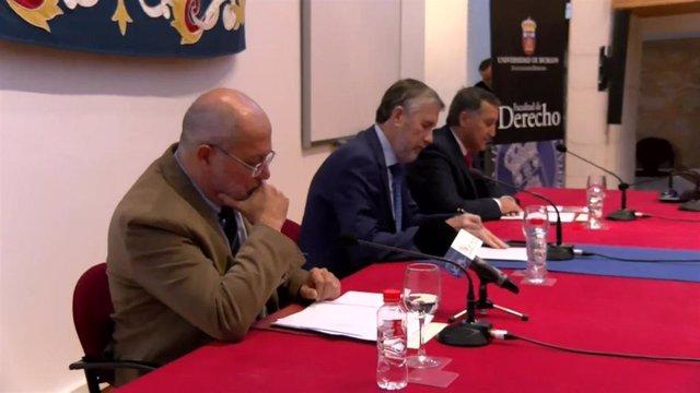 En la mesa, de izquierda a derecha, Francisco Igea, vicepresidente de la Junta, Manuel Pérez Mateos, rector de la UBU, y Santiago Bello, decano de Derecho de la UBU.