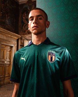 Fútbol.- Italia recupera el 'verde' de 1954 en la camiseta nacional 'renacentist