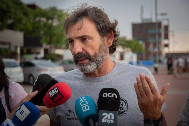 Foto d'arxiu d'una atenció als mitjans del fundador d'Open Arms, scar Camps a Badalona (Barcelona)