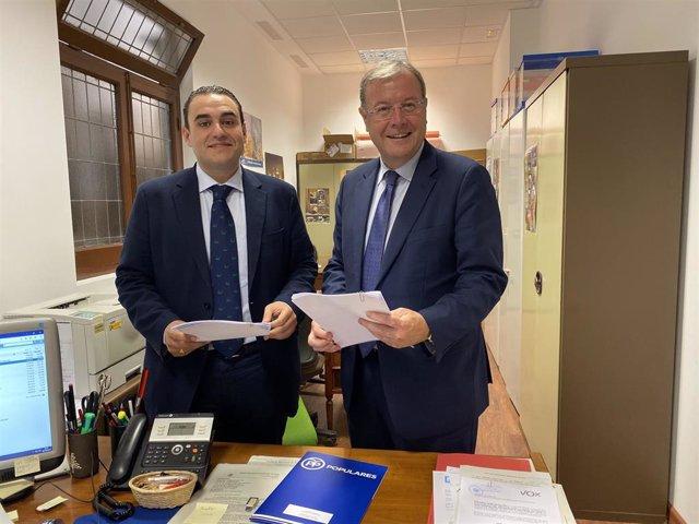 El número uno al Congreso de los Diputados del PP por León, José Miguel González, y el cabeza de lista al Senado, Antonio Silván, presentando las listas en la Junta Electoral Provincial .