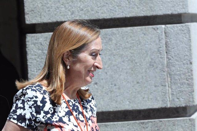 La expresidenta del Congreso de los Diputados, Ana Pastor, a la salida del Congreso de los Diputados tras la segunda votación para la investidura del candidato socialista a la Presidencia del Gobierno, la cual ha resultado fallida.