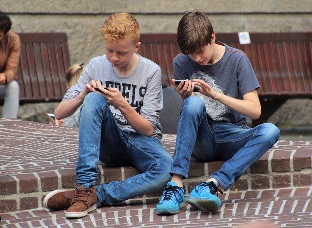 Adolescentes jugando con el móvil