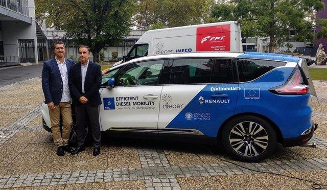 Los investigadores del Instituto CMT-Motores Térmicos de la UPV, Jaime Martín y Jesús Benajes, con los vehículos demostradores del proyecto Dieper.