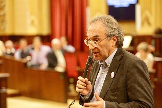 El conseller de Educación y Universidad, Martí March, en el pleno del Parlament.