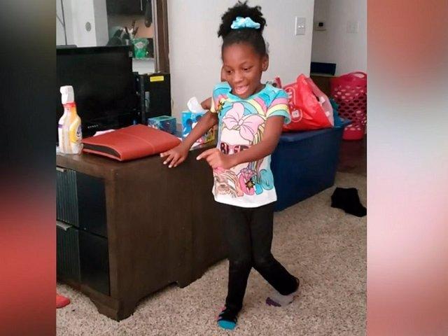 Pura emoción: Esta niña de 6 años con parálisis cerebral reacciona así a sus primeros pasos sin ayuda