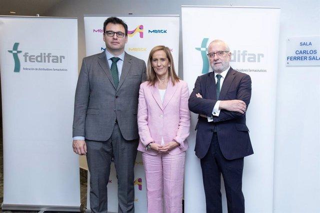 Izq a dcha: Manuel Ibarra, jefe del Departamento de Inspección y Control de la AEMPS; Marieta Jiménez, presidente y directora general de Merck España; Eladio González-Miñor, presidente de FEDIFAR.