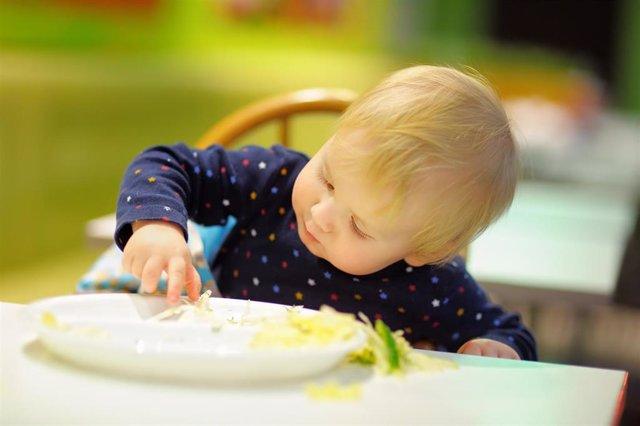 Bebé comiendo con las manos