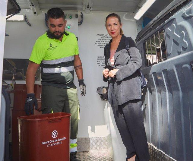 La alcaldesa de Santa Cruz de Tenerife, Patricia Hernández, en un vehículo de limpieza de papeleras