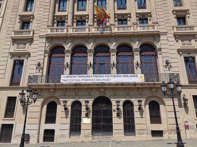 L'Ajuntament de Lleida torna a penjar la pancarta pels presos