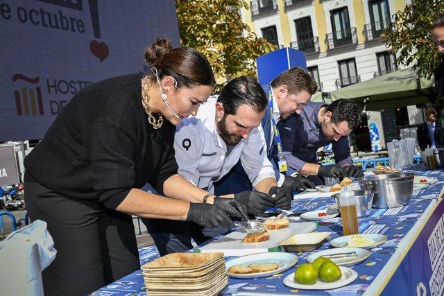 Vicky Martín Berrocal muestras sus dotes en la cocina como madrina del Día de la