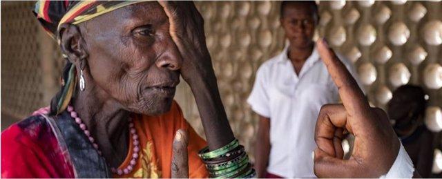 Ceguera. Oftalmólogo revisando la vista a una paciente indígena