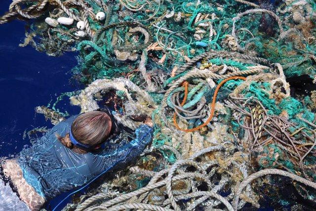 Una investigadora toma fotos de desechos marinos en el Pacífico Norte
