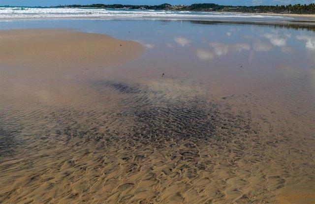 Manchas de petróleo en la playa del cabo de Santo Agostinho