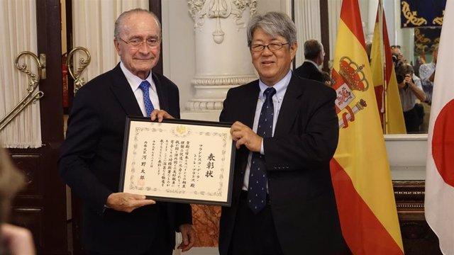 El alcalde de Málaga, Francisco de la Torre, recibe la Distinción del Ministro de Asuntos Exteriores de Japón