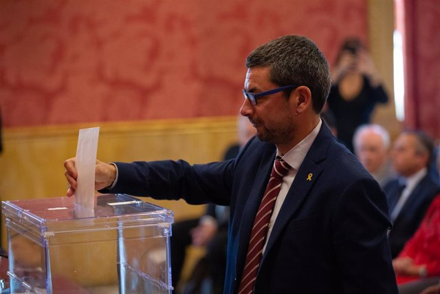 El president de la Cambra de Barcelona, Joan Canadell votant en el Ple Constituent del Consell General de Cambres de Catalunya, a la Casa Llotja de Mar, a Barcelona, 20 de setembre del 2019.