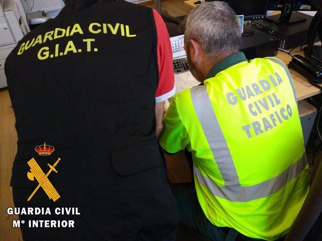 Agentes de la Guardia Civil investigan la falsificación de permisos de conducir en Marruecos