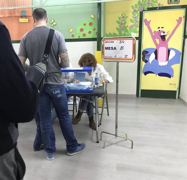Fila de votantes en un colegio electoral