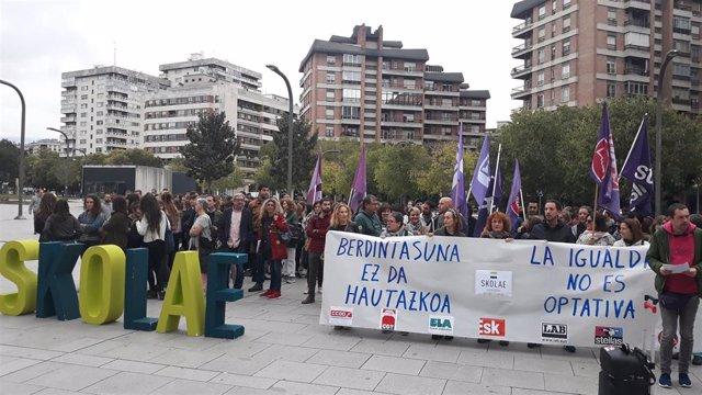 Concentración en apoyo a Skolae frente al Palacio de Justicia.