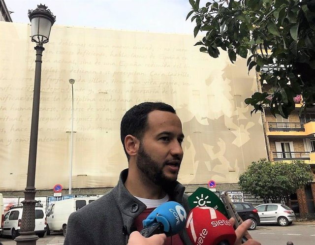 El portavoz municipal de Izquierda Unida y candidato de Adelante Sevilla, Daniel González Rojas, en una imagen de archivo durante una atención a medios