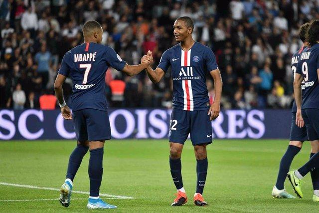 El delantero del PSG Kylian Mbappe celebra un gol con su compañero Abdou Dialo