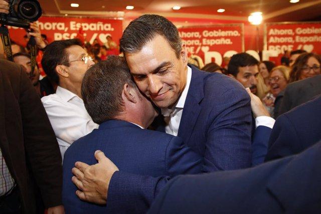 El secretari general del PSOE i president del Govern central en funcions, Pedro Sánchez, participen en un acte públic a Granada