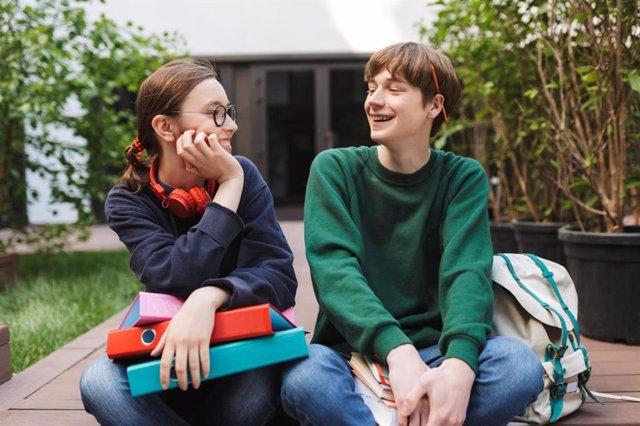 Pareja de jovenes estudiantes sonriendo