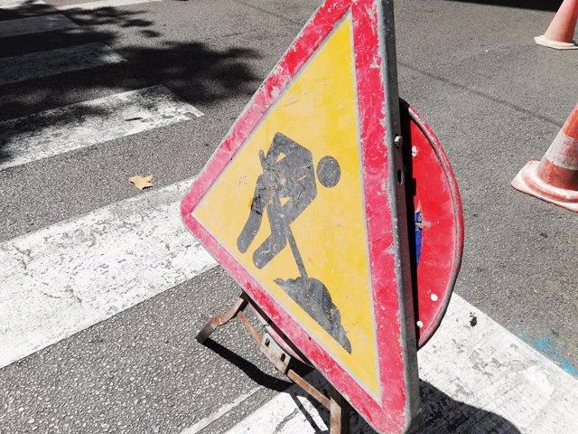 Una señal de tráfico advirtiendo de una obra. Recurso de obras, obras, construcción