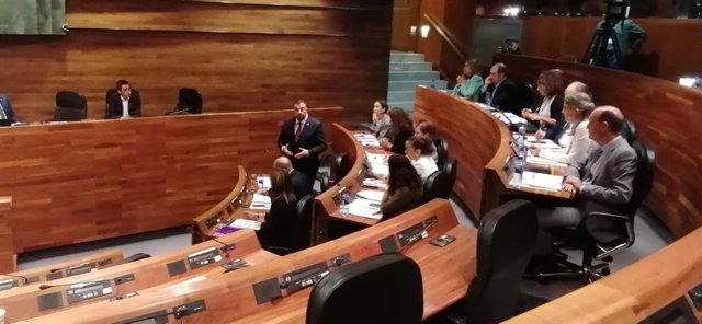 Adrián Barbón respondiendo en el Pleno a los grupos parlamentarios de la oposición.