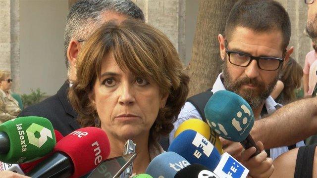 La ministra de Justicia en funciones, Dolores Delgado, atiende a los medios.