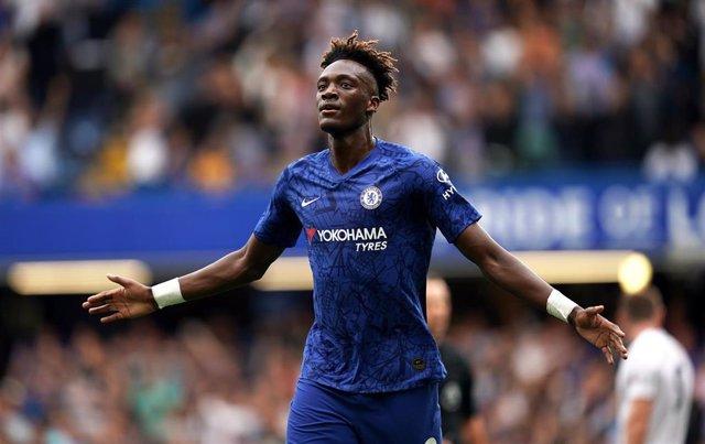 El jugador del Chelsea Tammy Abraham celebra un gol en un partido de la Premier League
