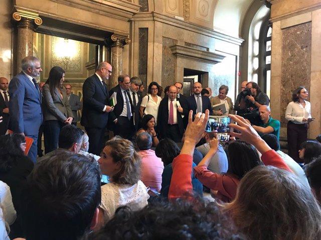 Periodistes parlamentaris protesten al Parlament contra les agressions al collectiu