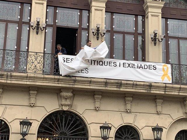 L'Ajuntament de Lleida retira la pancarta de suport dels presos de la seva façana
