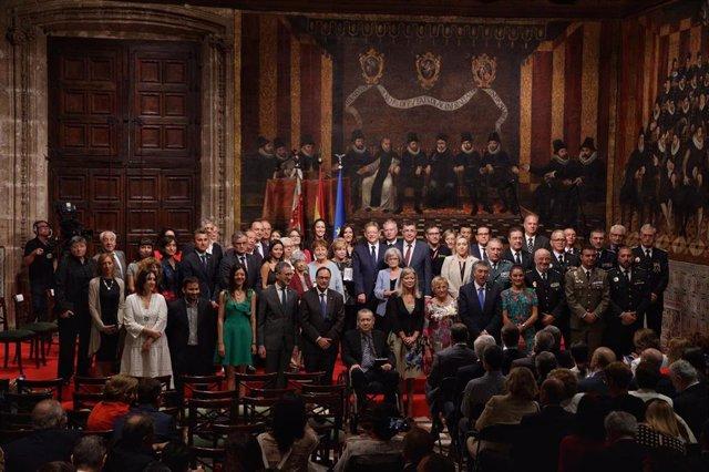 Foto de familia de los premiados en el acto Institucional de Entrega de Altas Distinciones de la Generalitat Valenciana, con motivo del Día de la Comunitat Valenciana