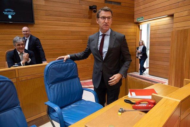 El presidente de la Xunta, Alberto Núñez Feijóo, entra en el hemiciclo del Parlamento de Galicia