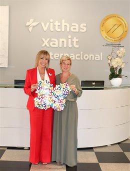 La directora de Zona de Vithas Costa del Sol, Mercedes Mengíbar, y la directora de la ONG DEBRA-Piel de Mariposa, Evanina de Morcillo, en la firma de un acuerdo