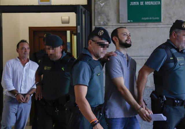 José Antonio Marín (i),  gerente de la empresa Magrudis, causante del brote de listeriosis, pasa a disposición judicial  junto a su hijo, Sandro Marín (2d) acusados de homicidio imprudente, delito contra la salud pública y de lesiones a feto.